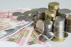 As pilhas de rublo inventam em cédulas do rublo do dólar do Euro no fundo da cor sólida Foto de Stock