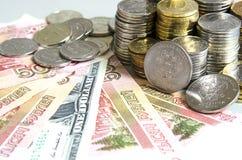 As pilhas de rublo inventam em cédulas do rublo do dólar do Euro no fundo da cor sólida Fotos de Stock Royalty Free
