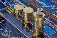 As pilhas do Uptrend de moedas douradas e cortam o cubo Imagens de Stock Royalty Free