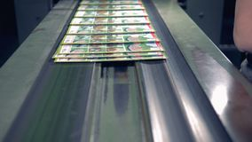 As pilhas dos compartimentos vão em uma cadeia de fabricação, fim acima video estoque