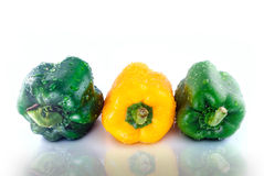 As pimentas de Bell amarela verdes molham a reflexão das gotas Foto de Stock Royalty Free