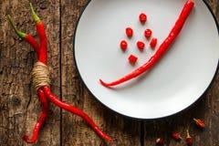 As pimentas vermelhas doces em um branco plat Fotografia de Stock