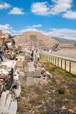 As pirâmides e a avenida dos mortos em Teotihuacan em México Fotos de Stock Royalty Free