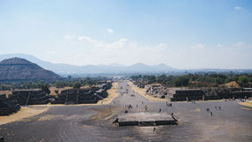 As pirâmides em Teotihuacan de uma distância imagens de stock