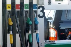 As pistolas do combustível fecham-se acima no posto de gasolina Foto de Stock