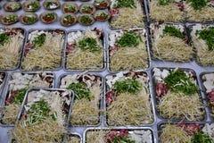 As placas com vários ingredientes prepararam-se para o hotpot chinês Imagens de Stock