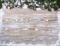 As placas de madeira brancas rústicas com abeto nevado ramificam para o Natal imagem de stock royalty free