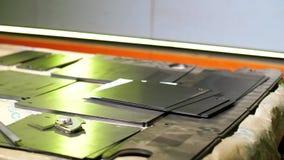 As placas de metal estão na tabela Fabricação das peças de metal para a indústria Atmosfera de funcionamento Canteiro de obras vídeos de arquivo