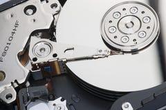 As placas desmontadas do disco rígido com superfícies de trabalho e unidade principal são visíveis imagem de stock