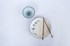 As placas e as bacias, hashis prepararam-se para o povo chinês Imagem de Stock