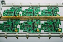 As placas são em seguido Fábrica para a produção de microplaquetas Placa do computador foto de stock royalty free