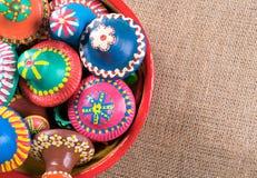 As pontas da cerâmica empilhadas em uma cerâmica rolam no fundo do pano de saco Imagens de Stock