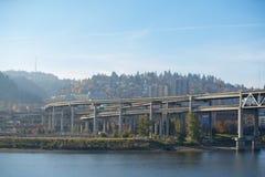 As pontes de Portland ajardinam sobre o rio de Willamette foto de stock royalty free