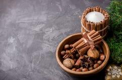 As porcas e as especiarias para o Natal endurecem em uma bacia de madeira Foto de Stock Royalty Free