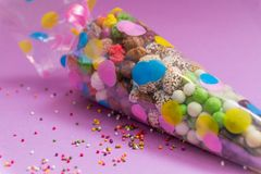 As porcas e os doces embalaram em um saco de plástico transparente com uma imagem Uma tuba festiva imagem de stock royalty free