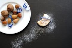 As porcas em uns pires e nos biscoitos cobertos com o açúcar da baunilha gostam do sn Imagens de Stock