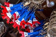 As portas-chaves da torre Eiffel pintaram escovado na cor da bandeira nacional Imagens de Stock Royalty Free