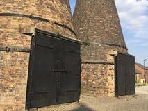 As portas da estufa da garrafa avivam dentro em Trent imagens de stock royalty free