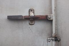 As portas de fechamento do rebite oxidam velho foto de stock royalty free