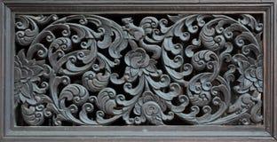 As portas de madeira cinzelaram em lótus, Tailândia Fotos de Stock