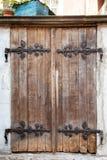 As portas de madeira do vintage velho com ferro a céu aberto alongam prendedores imagens de stock royalty free