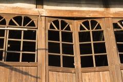 As portas de madeira velhas na vila antiga chinesa Imagens de Stock Royalty Free