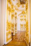 As portas de um dos salões de um complexo do museu o eremitério decorado com um molde do estuque do ouro foto de stock royalty free