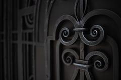As portas do metal são decoradas com elementos forjados Fundo com espaço da cópia fotos de stock royalty free