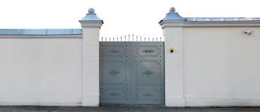 As portas do metal são feitas em um estilo medieval estilizado Foto de Stock Royalty Free
