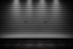 As portas do obturador do rolo da porta do armazenamento da garagem ou da fábrica metal a construção do assoalho Fotos de Stock Royalty Free