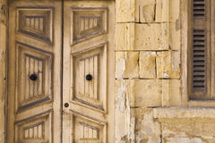As portas e a pedra de madeira velhas trabalham na casa Imagem de Stock