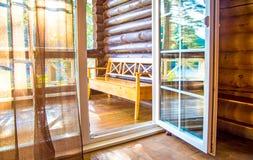As portas francesas abrem em um balcão com uma vista de árvores verdes frondosas nave Relaxe o conceito vocations imagens de stock