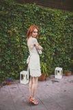 As poses da noiva do redhair na floresta Imagem de Stock Royalty Free
