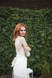 As poses da noiva do redhair na floresta Imagem de Stock