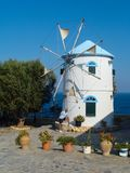 As poses do indivíduo ao lado de um moinho de vento Foto de Stock Royalty Free