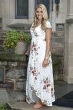 As poses louras novas impressionantes da mulher na cópia floral branca vestem-se Fotografia de Stock