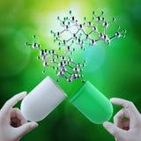 As posses 3d virtual da mão do doutor do cientista abrem o comprimido da cápsula Fotografia de Stock