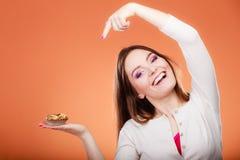 As posses de sorriso da mulher endurecem à disposição apontar com dedo Imagem de Stock
