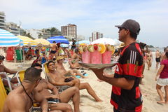 As praias de Rio de janeiro são aglomeradas na véspera do carnaval foto de stock