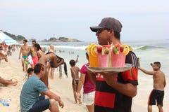 As praias de Rio de janeiro são aglomeradas na véspera do carnaval imagens de stock