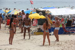 As praias de Rio de janeiro são aglomeradas na véspera do carnaval imagens de stock royalty free