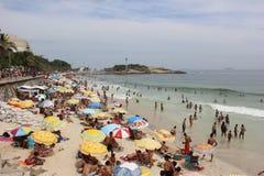 As praias de Rio de janeiro são aglomeradas na véspera do carnaval fotos de stock
