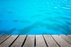 As pranchas de madeira com fundo do borrão são o mar Fotos de Stock Royalty Free