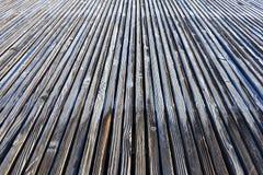 As pranchas de madeira gelados convirgem na distância fotografia de stock