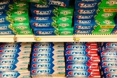 As prateleiras da crista marcam o dentífrico em uma loja Foto de Stock