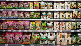 As prateleiras de loja embalaram com alimento para roedores dos animais Fotografia de Stock