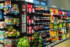 As prateleiras e o shelving com os produtos das bebidas e dos bens no supermercado SPAR imagem de stock royalty free