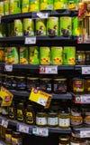 As prateleiras e o shelving com os produtos das bebidas e dos bens no supermercado SPAR foto de stock