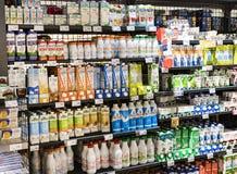 As prateleiras e o shelving com os produtos das bebidas e dos bens no supermercado SPAR fotografia de stock royalty free