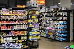 As prateleiras e o shelving com os produtos das bebidas e dos bens no supermercado SPAR imagem de stock